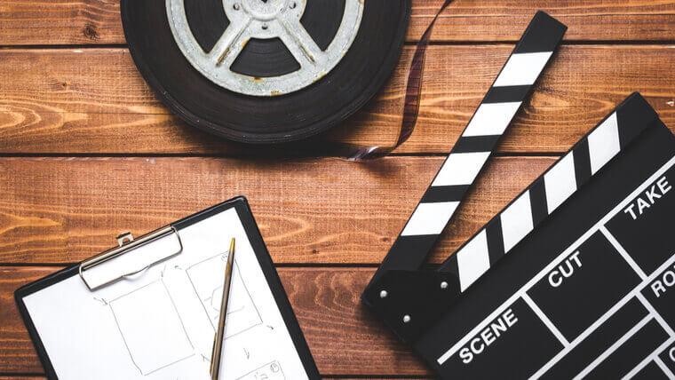 Reklam Filmi Çeken Ajanslar Reklam Filmi Çeken Ajanslar ınreklam filmleri günümüzün rekabet ortamı ile birleştirilmesi sonrasında artık daha öncesinde olmadığı kadar önemli bir hale geliyor. Bunun nedeni ise artık sektörlerin içerisinde yer almakta olan firmaların kendilerini rakiplerinden sıyırabilmesi ve hedef kitlesi ile aralarındaki bağı etkili şekilde oluşturabilmesi adına doğru tanıtım çalışmalarını yapmalarının gerekmesidir. Reklam ajansı tanıtım filmi çekimleri de yapılmaya başlandığı ilk günden bu yana farklı firmalar tarafından sıklıkla hakkında araştırma yapılan çalışmalar içerisinde kendine yer buluyor. Konu tanıtım filmleri olduğu zaman firmaların büyük bir kısmı bu işlemin maliyetinin yüksek olduğunu düşündüğü için tanıtım filmi konusunda yeterli oranda çalışma yapmıyorlar. Reklam Filmi Çeken Ajanslar Ankara Attıkları bu yanlış adımlar ile beraber de aynı sektör içerisinde yer alan diğer firmalar reklam ajansı tanıtım filmi çektirerek alanında en fazla bilinen isimlerden biri olmayı başarırken bu firmalar ne kadar istemiş olurlarsa olsunlar fark etmez asla müşterilerine ve hedef kitlelerine kendilerini tam olarak tanıtamıyorlar. Fakat son zamanlarda bu alanda yapılmakta olan çalışmaların artış göstermeye başlaması ile beraber artık firmalar tam anlamıyla istemiş oldukları tarzdaki tanıtım filmlerini çektirerek alanında en fazla bilinen isimlerden biri oluyor. Fakat firmaların tanıtım filmleri ile alakalı isteklerinin artış göstermeye başlaması ile beraber reklam ajansları da farklı tarzlardaki tanıtım filmlerini çekmeyi hedefliyorlar. Ancak çalışmalar yapan isimlerin sayısının artması kimi zaman firmaların istediklerini onlara kesin olarak verileceği anlamına gelmiyor. Ankara Reklam Ajansı Doğru şekilde araştırmaların yapılmadığı durumlarda reklam ajansı tanıtım filmi çekimleri esnasında ciddi anlamda sorunlar kendini gösterebiliyor. Tanıtım filmi çekimleri öncesinde ve esnasında üzerinde durulması gereken pek çok farklı detay vardır. Tanıtım filmleri 